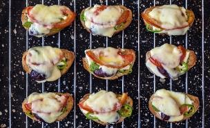 ברוסקטות חריפות עם גבינות (צילום: אסף רונן ,אוכל טוב)