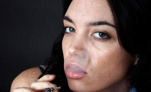 אישה מעשנת ג'וינט (צילום: istockphoto ,istockphoto)