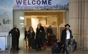 נוסעים חוזרים בנמל התעופה בן גוריון (צילום: יונתן סינדל ,פלאש 90)