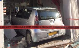 """ת""""א: רכב נכנס בעסק פדיקור מניקור (צילום: שגיא לוי)"""