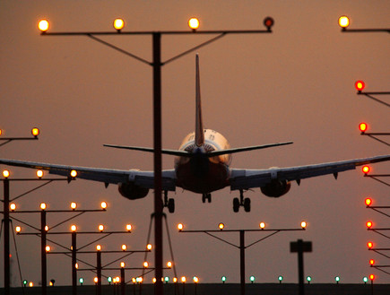מטוס נוחת (צילום: אימג'בנק / Gettyimages ,Getty images)