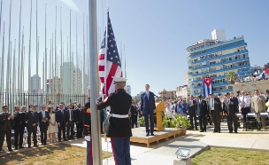 """דגל ארה""""ב מונף שוב בקובה (צילום: רויטרס)"""