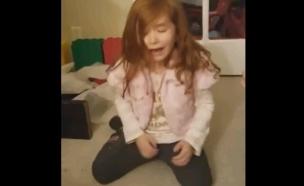 ילדה עצובה עם בובה שחורה(יוטיוב)