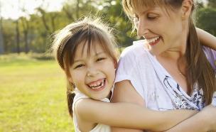 אמא מחבקת ילדה  (צילום: Thinkstock)