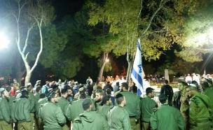 חיילים בהלוויה בהר הרצל, לפנות בוקר (צילום: עמית ולדמן)
