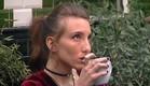תניה שותה קפה בחצר (צילום: מתוך האח הגדול 7 ,שידורי קשת)