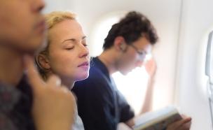 אישה ישנה במטוס (צילום: Matej Kastelic / Shutterstock)