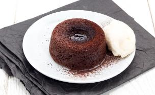 עוגת שוקולד חמה במילוי ממרח לוטוס (צילום: אולגה טוכשר ,אוכל טוב)