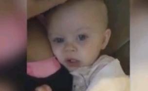 תינוקת מחקה את אמה  (צילום: youtube)