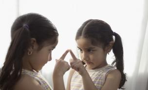 ילדה מביטה במראה (צילום: shutterstock ,shutterstock)