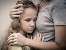 אמא מחבקת ילדה בוכה (צילום: shutterstock ,shutterstock)