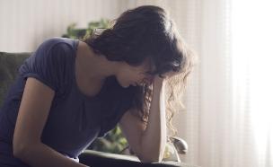 אישה עצובה (צילום: shutterstock: Stokkete)