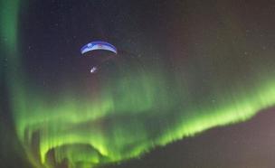מאוריציו צונח על רקע הזוהר הצפוני בנורווגיה (צילום: רויטרס)