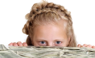 ילדה מסתכלת על כסף (אילוסטרציה: shutterstock)
