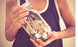 ילד מחזיק בצנצנת כסף (אילוסטרציה: shutterstock)