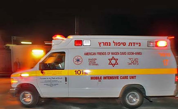 """אמבולנס בדרכו לבית החולים (צילום: שי וקנין, דוברות מד""""א)"""