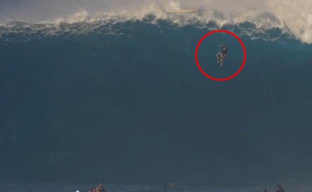 תפס גל של 12 מטר - ונבלע בתוכו (צילום: CNN)