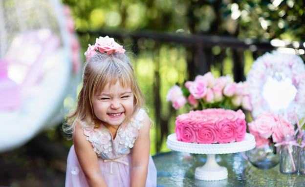 ילדה מול עוגת יום הולדת (צילום: shutterstock ,shutterstock)