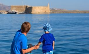 אב ובן (צילום: Shutterstock/Nadezhda1906)