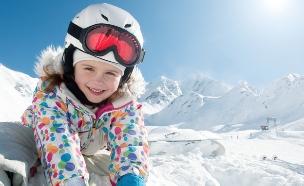ילדה משחקת בשלג (צילום: gorillaimages, Shutterstock)