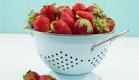 מסננת עם תותים (צילום: shaterstock)