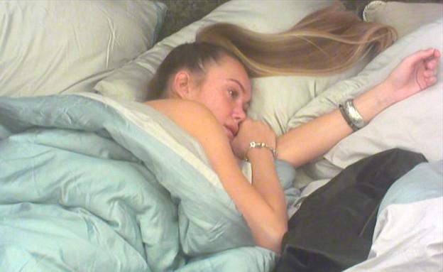 קסניה בוכה במיטה (צילום: מתוך האח הגדול 7 ,שידורי קשת)