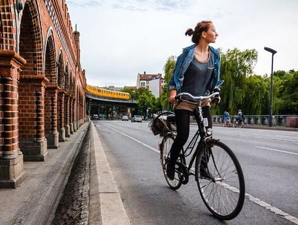 בחורה על אופניים בברלין (צילום: flickr.com ,flicker)