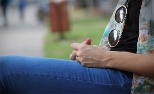 אילוסטרציה נערה יושבת (צילום: חדשות 2)