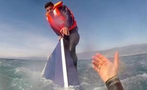 תיעוד: הניצול היחיד חולץ מלב ים (צילום: רויטרס)