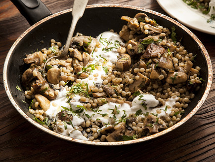 תבשיל פטריות עם גריסי פנינה (צילום: אפיק גבאי ,אוכל טוב)