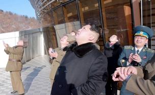 קים ג'ונג און צופה בשיגור הטיל (צילום: רויטרס)