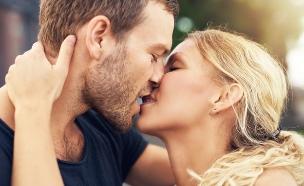 זוג באמצע נשיקה (צילום: Shutterstock/Uber Images)