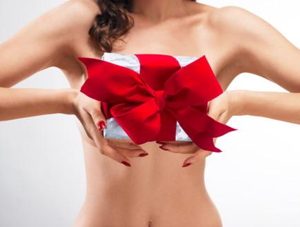 עירומה עם מתנה (צילום: getty images ,getty images)