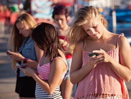 בני נוער עם סמארטפונים (צילום: shutterstock ,מעריב לנוער)
