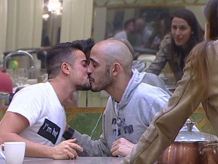 ברק ומייקל מתנשקים  (צילום: מתוך האח הגדול 7 ,שידורי קשת)