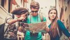 """קבוצת צעירים מטיילת בחו""""ל עם מפה ומצלמה (צילום: Nejron Photo, Shutterstock)"""
