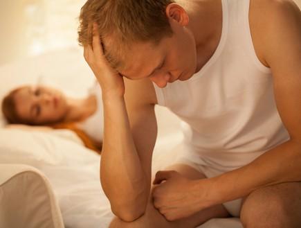 גבר עצוב במיטה (צילום: shutterstock: Photographee.eu)