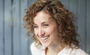 אישה מאושרת (צילום: shutterstock: Nadino)