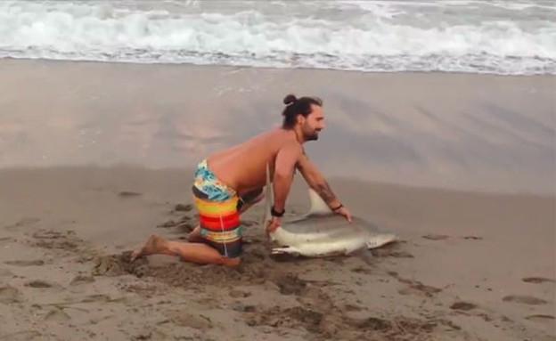 סלפי עם כריש (צילום: פייסבוק)