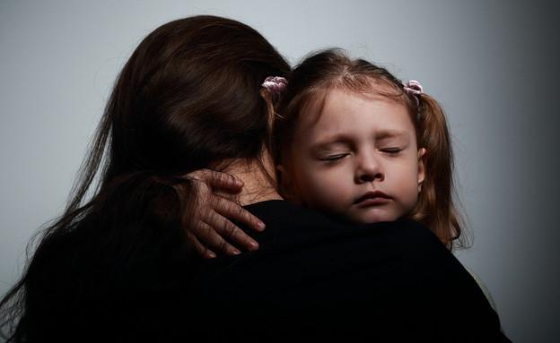אמא מחבקת ילדה (צילום: shutterstock)