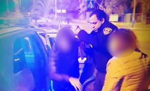 השוטר מאילת עזר לאישה מבוגרת ולבנה הנכה