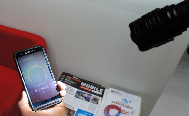 אבטיפוס סמארטפון של Kyocera עם מסך סולארי (צילום: יאיר מור, ברצלונה ,NEXTER)