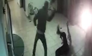 הפיגוע תועד במצלמות (צילום: מצלמת אבטחה)