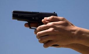 תלונה: הכוכב יים על ילדים באקדח (צילום: רויטרס)
