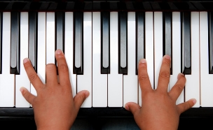 ילד מנגן על פסנתר (צילום: shutterstock)