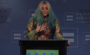 קאשה מקבלת פרס (צילום: צילום מסך)