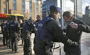 שוטרים עושים בידוק בבריסל (צילום: רויטרס)