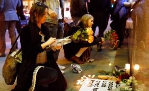 אזרחי פריז מנסים להתאושש לאחר הפיגוע (צילום: רויטרס)