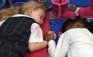 ילדות מחזיקות ידיים - סמל לאופטימיות (צילום: פייסבוק)