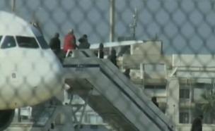 הנוסעים יורדים מהמטוס (צילום: חדשות 2)
